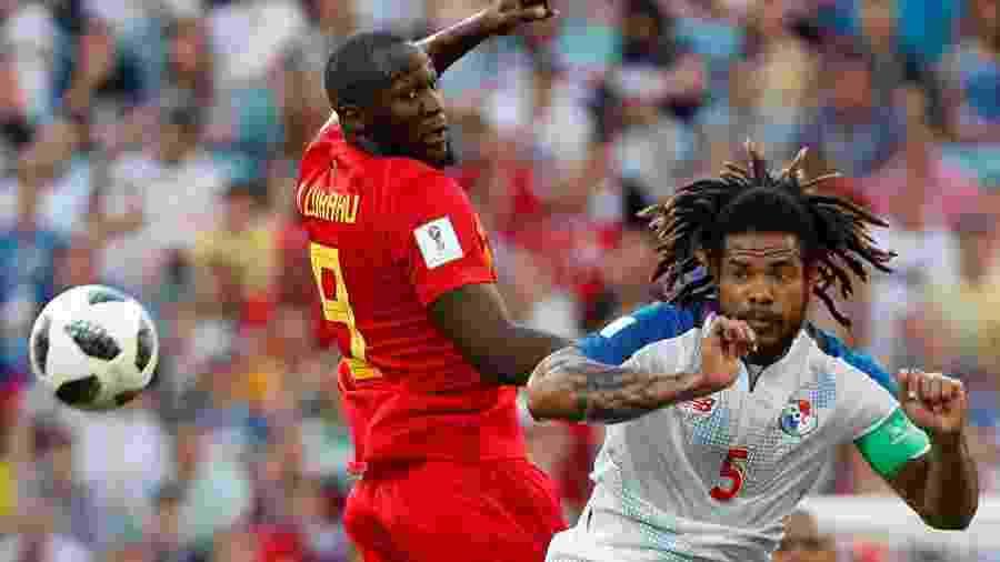 Román Torres, da seleção do Panamá, disputa bola com Lukaku - MAX ROSSI/REUTERS