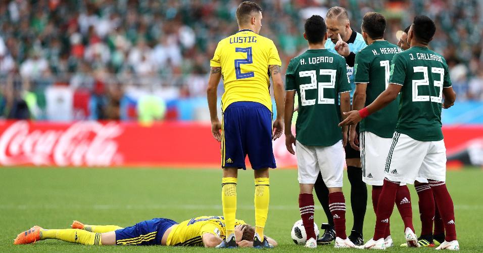 Mexicanos reclamam de amarelo para Gallardo, dado pelo juiz Nestor Pitana após falta em Toivonen