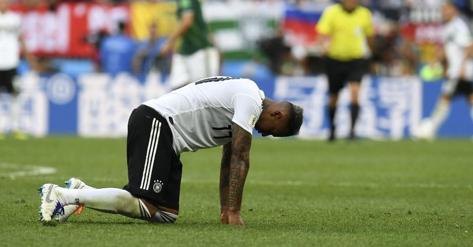 Jérôme Boateng caído no estádio em Moscou durante a derrota para o México