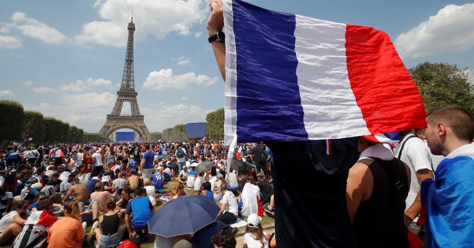 Torcedores da seleção da França em frente à Torre Eiffel