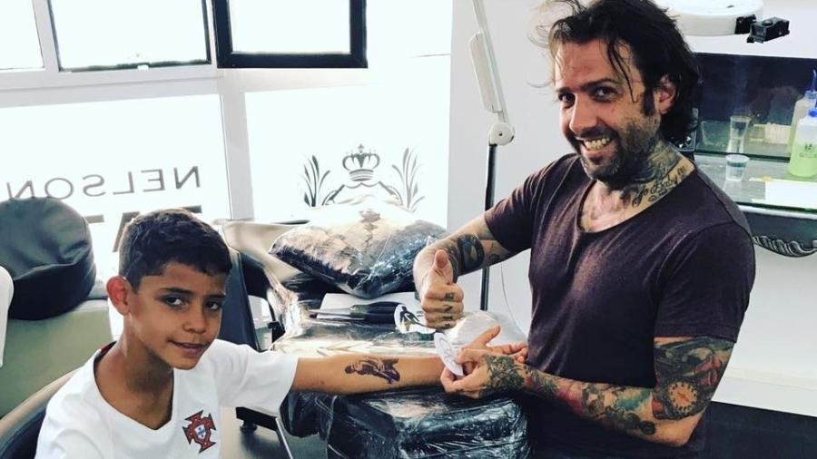 Filho de CR7 fez tatuagem temporária em homenagem ao pai - Reprodução/Facebook