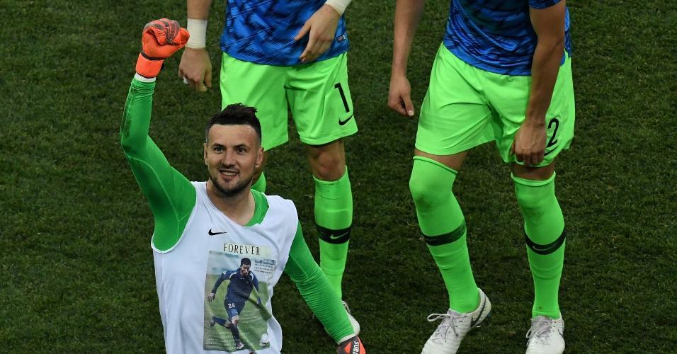 O goleiro croata Danijel Subasic mostra a homenagem ao amigo morto em 2008