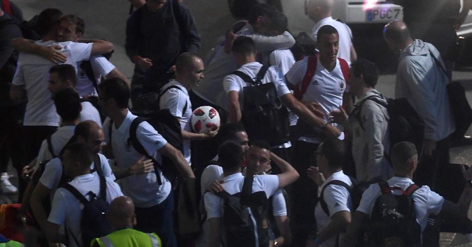 Iniesta chega a Madri com a bola da Copa, uma recordação de seu último Mundial com a Espanha