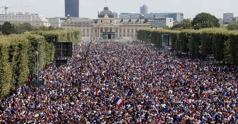 Torcedores franceses se preparam para assistir à final da Copa do Mundo no Campo de Marte, em Paris