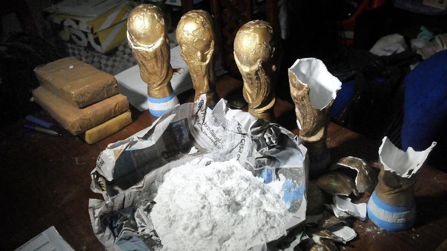 Cocaína retirada de dentro de uma das réplicas da taça da Copa do Mundo - AFP
