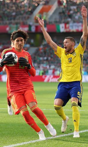 Marcus Berg, da Suécia, reclama de infração após Guillermo Ochoa, do México, agarrar a bola