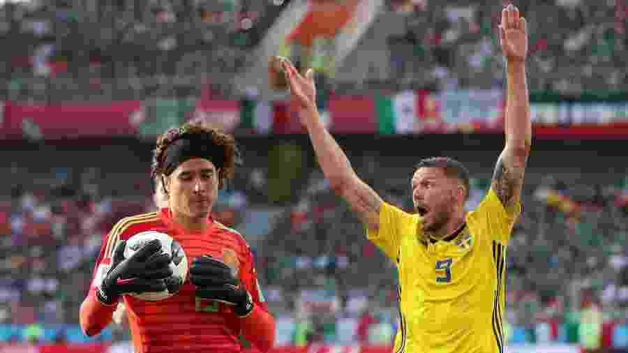 Marcus Berg, da Suécia, reclama de infração após Guillermo Ochoa, do México, agarrar a bola - Clive Rose/Getty Images