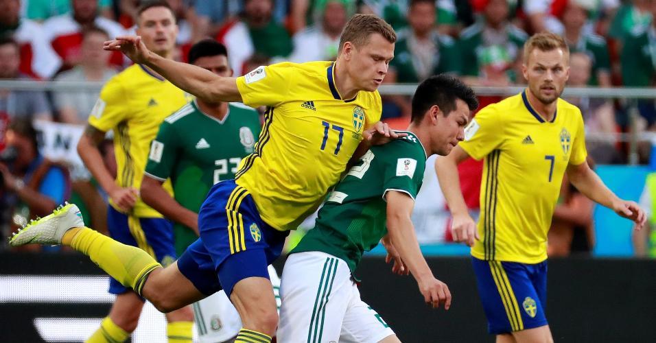 Victor Claesson, da Suécia, faz marcação em Hirving Lozano, do México
