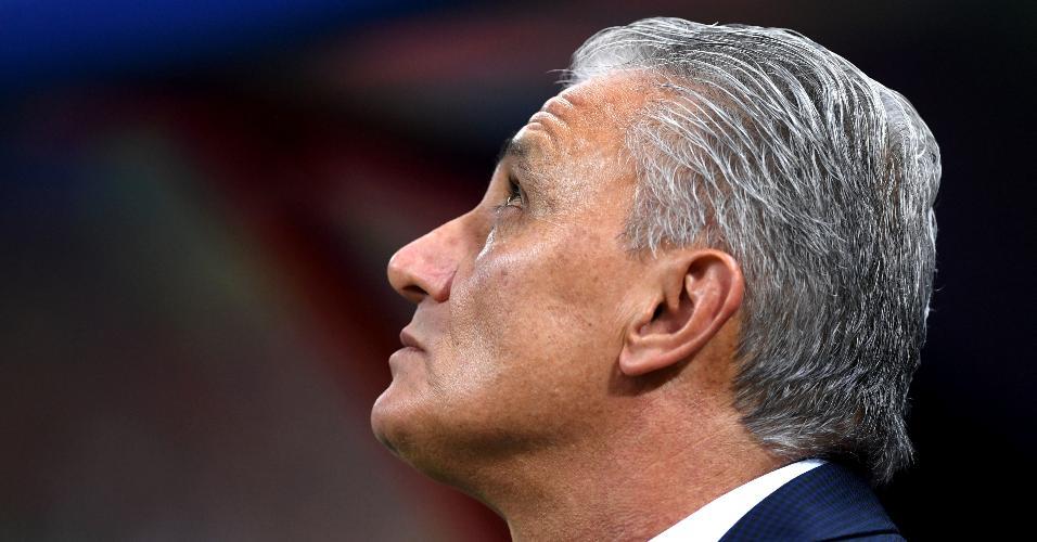 Tite, técnico do Brasil, olha para o céu durante o jogo da eliminação contra a Bélgica