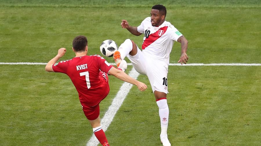 Farfán, do Peru, disputa bola com o volante Kvist, da Dinamarca - Ricardo Moraes - 16.jun.2018/Reuters
