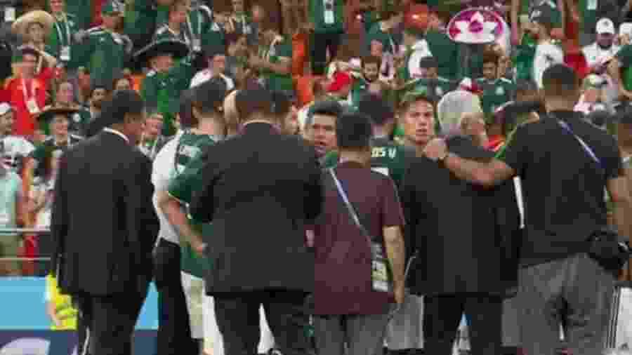 Jogadores mexicanos se reúnem no centro do gramado e esperam fim do jogo da Alemanha - Reprodução/TV Globo