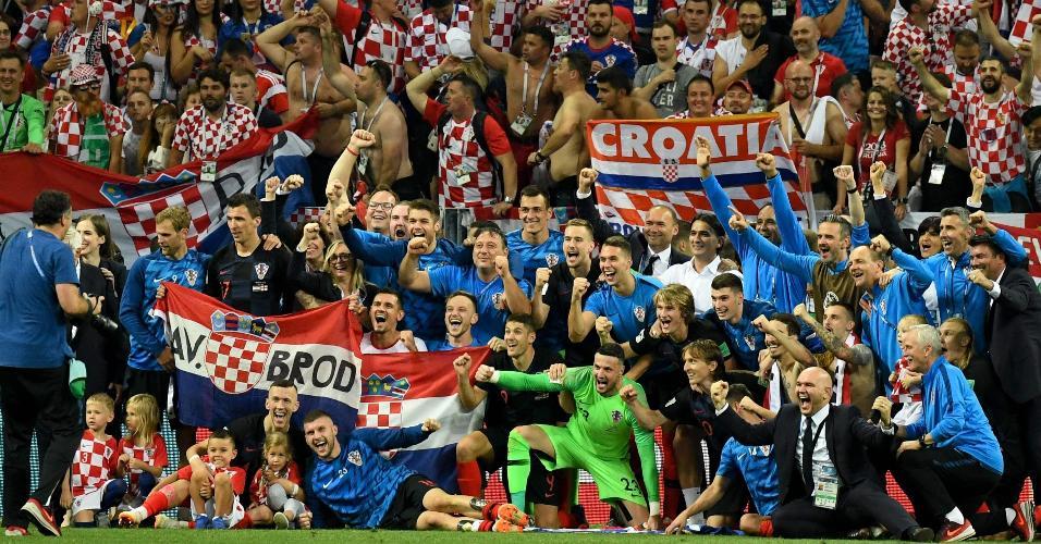 Croácia comemora classificação para a final. Preste atenção ao grande número de profissionais mulheres presentes na foto: federação croata é destaque na integração