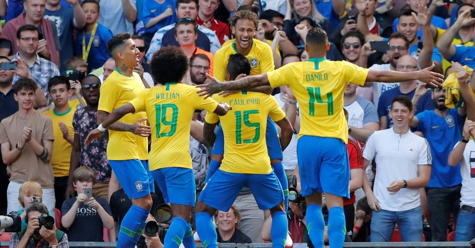 Seleção brasileira comemora gol de Neymar contra a Croácia