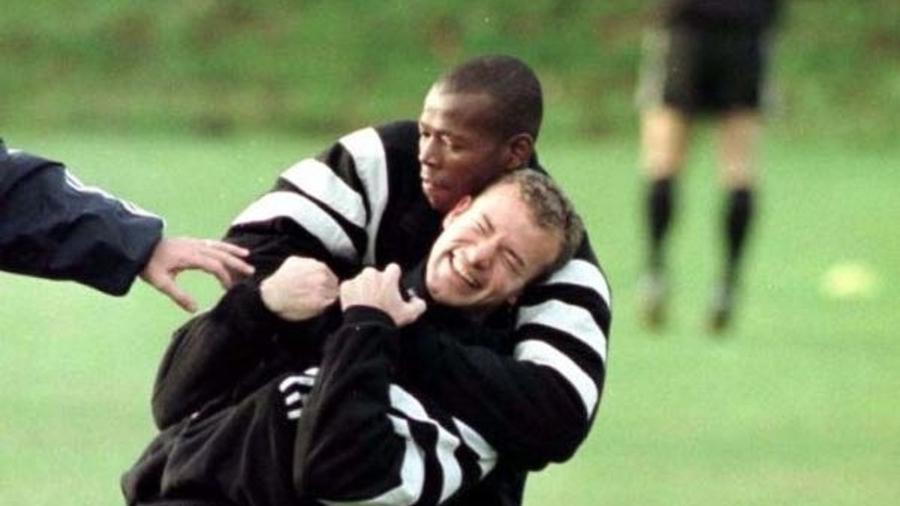 Faustino Asprilla e Alan Shearer brincam durante treino nos tempos de Newcastle  - Reprodução/Twitter