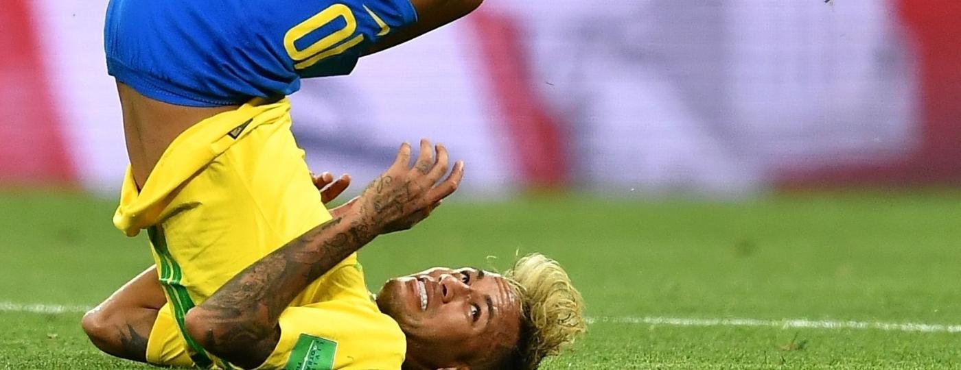 Neymar cai no chão após sofrer falta contra a Suíça