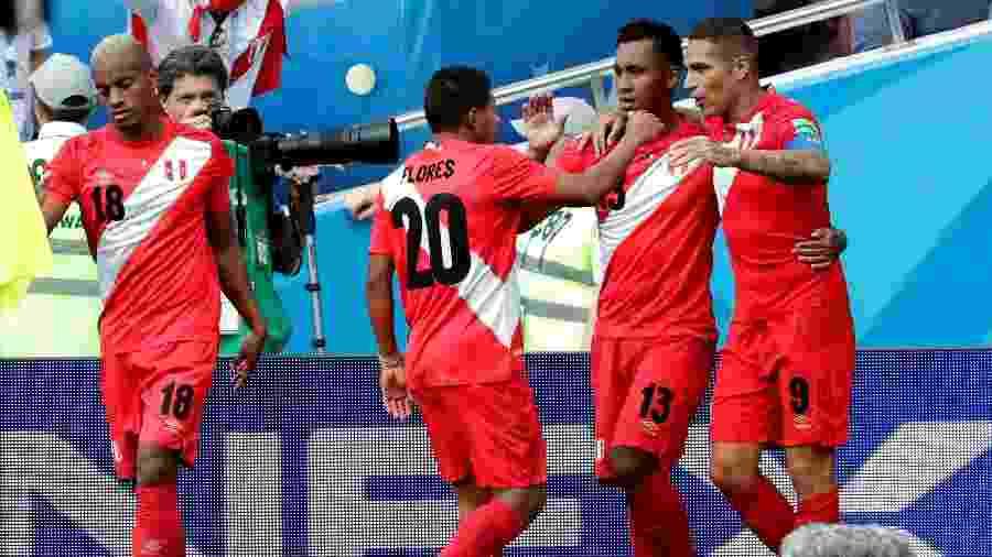 O capitão Paolo Guerrero comemora o seu gol, o segundo do Peru contra a Austrália - Sebastião Moreira/EFE