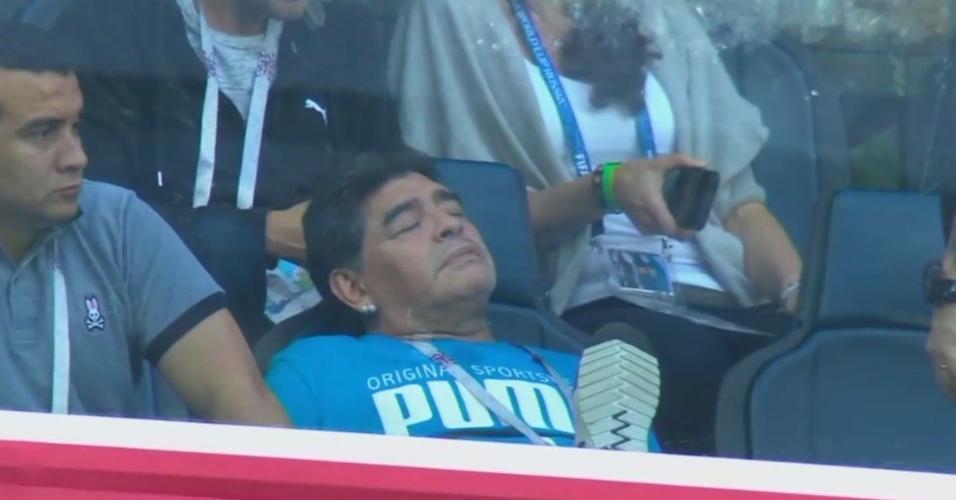 Pode isso? No estádio, Maradona dorme durante Argentina x Nigéria