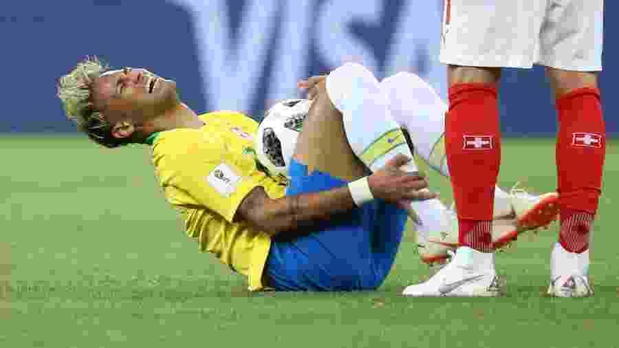 Neymar cai no chão após sofrer pancada na partida Brasil x Suíça pela Copa  do Mundo de 2018 Imagem  Li Ming Xinhua ca2a9141144d5
