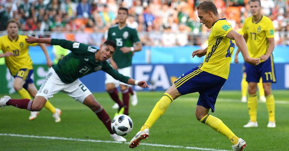 Ludwig Augustinsson abre o placar para a Suécia no duelo contra o México