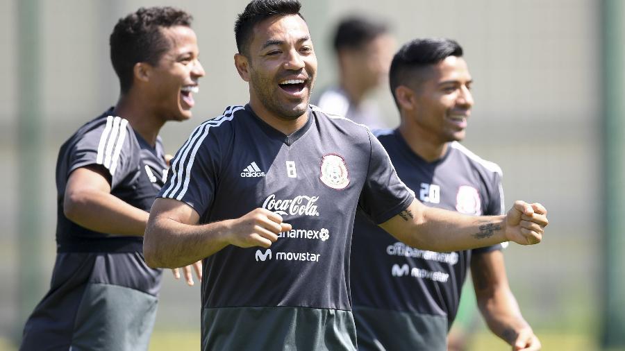 Marco Fabian, ao centro, participa do primeiro treino do México após a vaga nas oitavas - YURI CORTEZ/AFP
