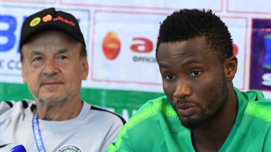 O meia da Nigéria John Obi Mikel em entrevista ao lado do técnico Gernot Rohr - PIUS UTOMI EKPEI/AFP