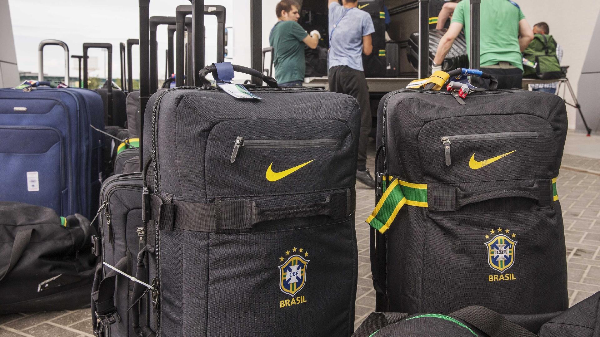 Bagagens da seleção brasileira são separadas para transporte ao aeroporto em Kazan