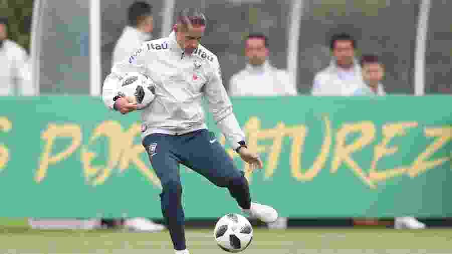 Sylvinho, auxiliar-técnico de Tite, durante treino da seleção brasileira - Lucas Figueiredo/CBF