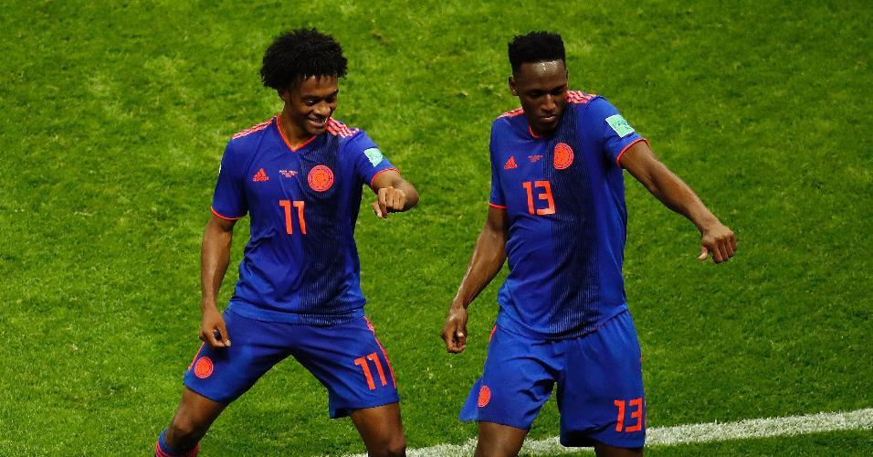 Yerry Mina comemora gol da Colômbia contra a Polônia ao lado de Juan Guillermo Cuadrado