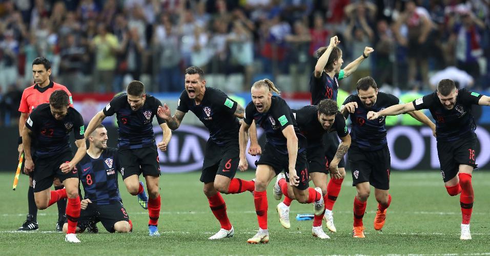 Jogadores da Croácia correm em direção a Subasic e Rakitic após classificação contra a Dinamarca
