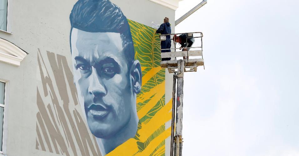 Ilustração de Neymar foi colocada perto do hotel em Kazan