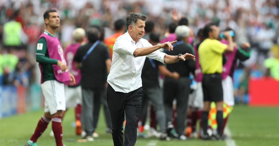 Juan Carlos Osorio, técnico do México, orienta equipe diante da Alemanha