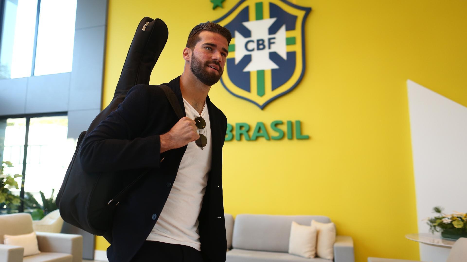 Goleiro Alisson se apresenta à seleção brasileira junto com seu violão
