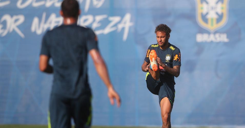 Neymar se aquece antes de treino da seleção brasileira