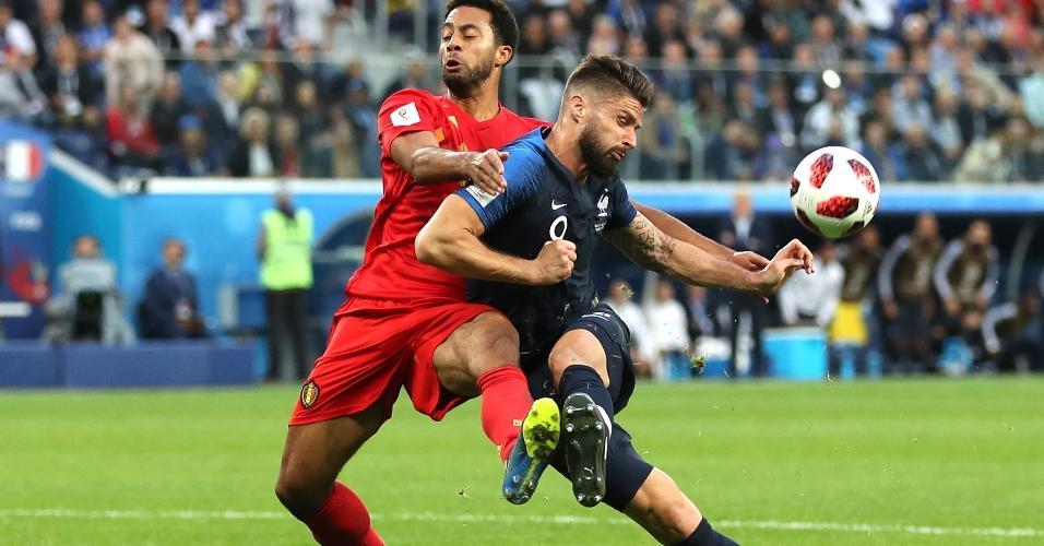 Olivier Giroud, da França, pressionado por Mossua Dembélé, da Bélgica