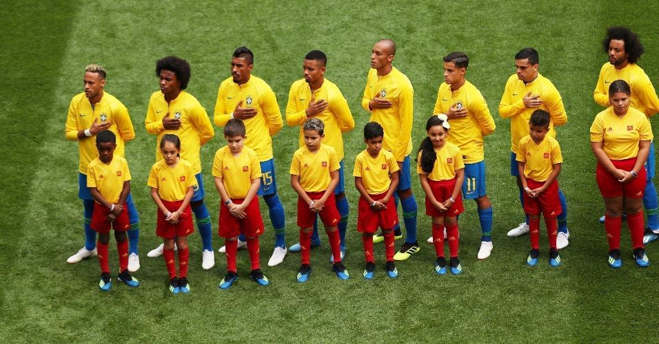 Jogadores cantam o hino nacional antes da partida contra a Costa Rica