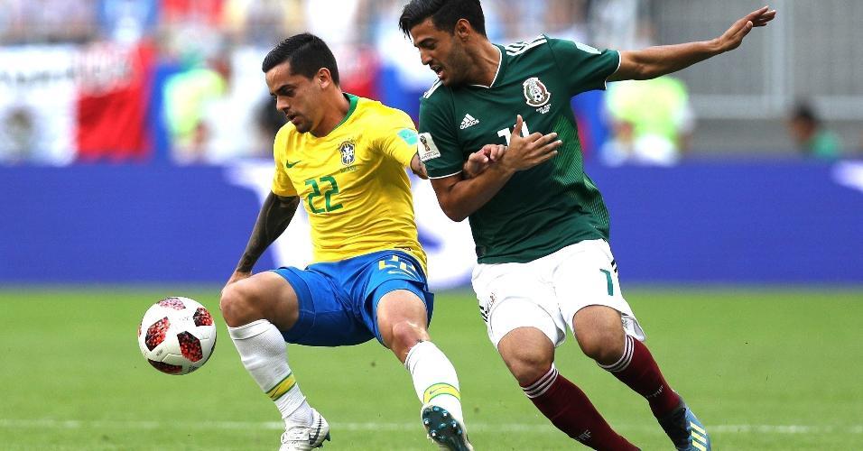 México começou a partida atacando pelo lado direito da seleção brasileira, pressionando Fagner