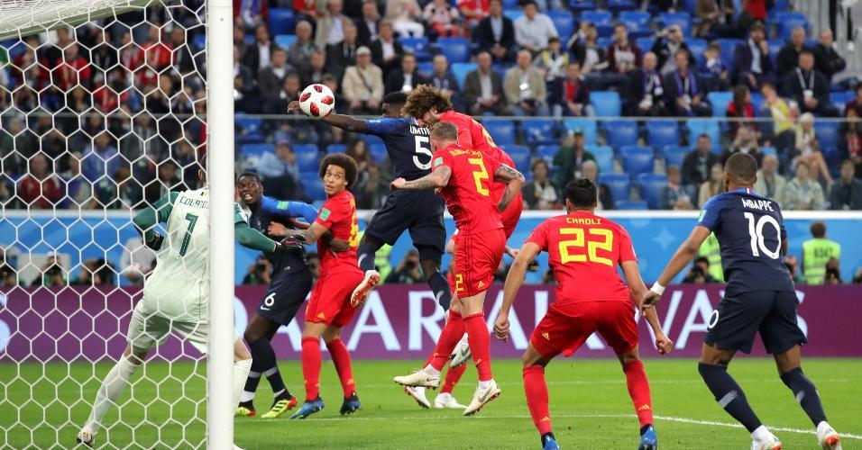 Samuel Umtiti, da França, cabeceia e abre o placar para sua equipe em jogo contra a Bélgica