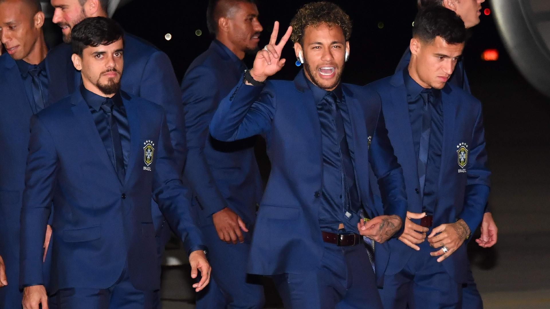 Neymar acena para a imprensa após desembarque na Rússia