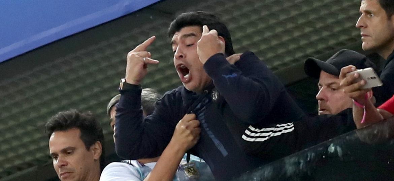 Diego Maradona faz gesto obsceno após segundo gol da Argentina contra a Nigéria - Alex Morton/Getty Images