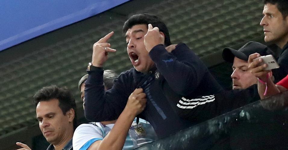 Diego Maradona faz gesto obsceno após segundo gol da Argentina contra a Nigéria
