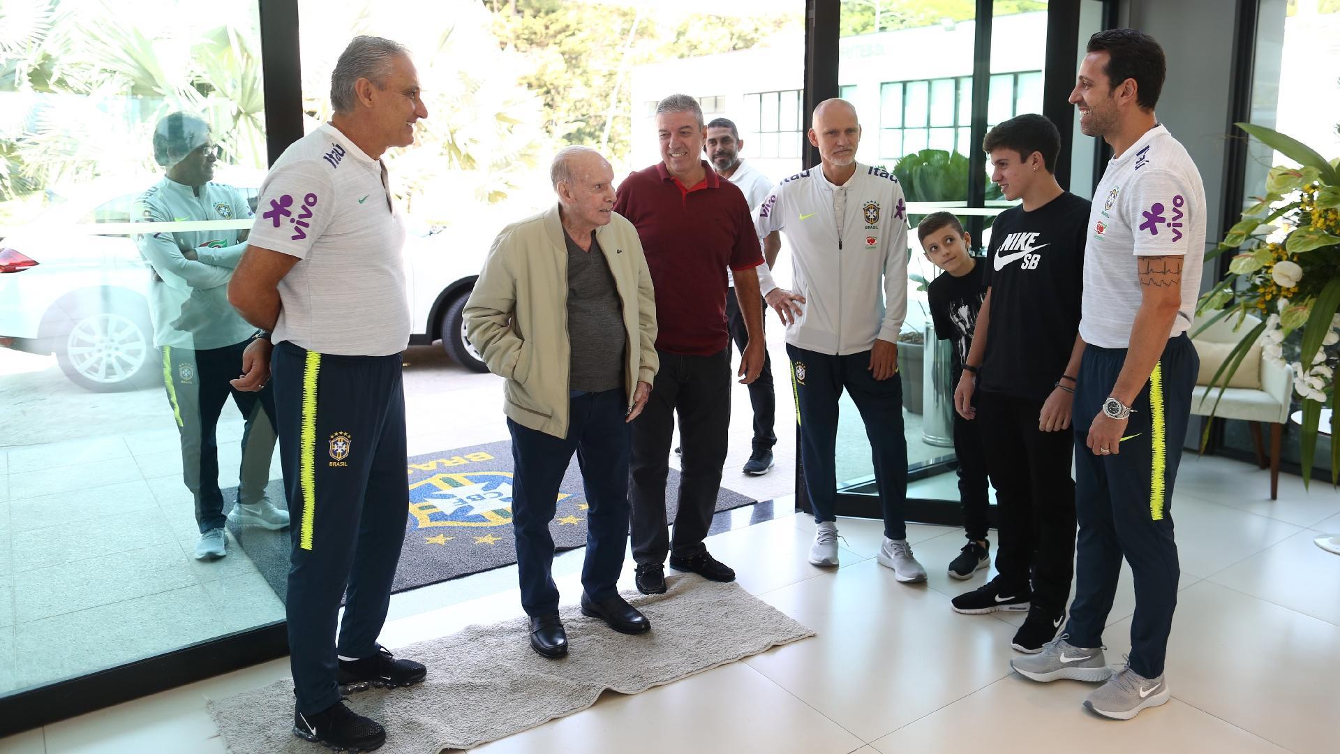 Zagallo chega à Granja Comary para conversar com os jogadores da seleção brasileira