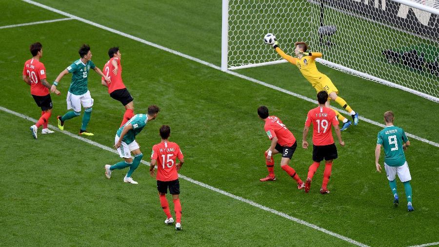 Hyeonwoo Jo, da Coreia do Sul, faz boa defesa na partida contra a Alemanha - Getty Images
