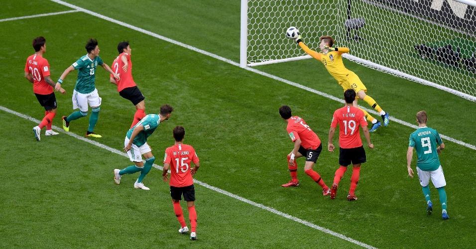 Hyeonwoo Jo, da Coreia do Sul, faz boa defesa na partida contra a Alemanha