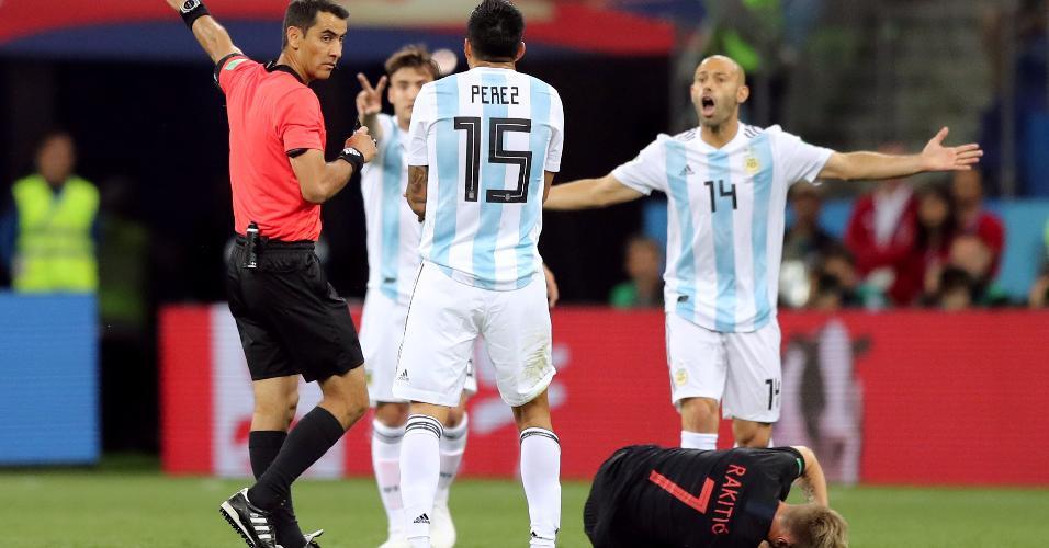Javier Mascherano, Enzo Pérez e Nicolás Tagliafico reclamam de falta marcada em Ivan Rakitic durante o jogo entre Argentina e Croácia