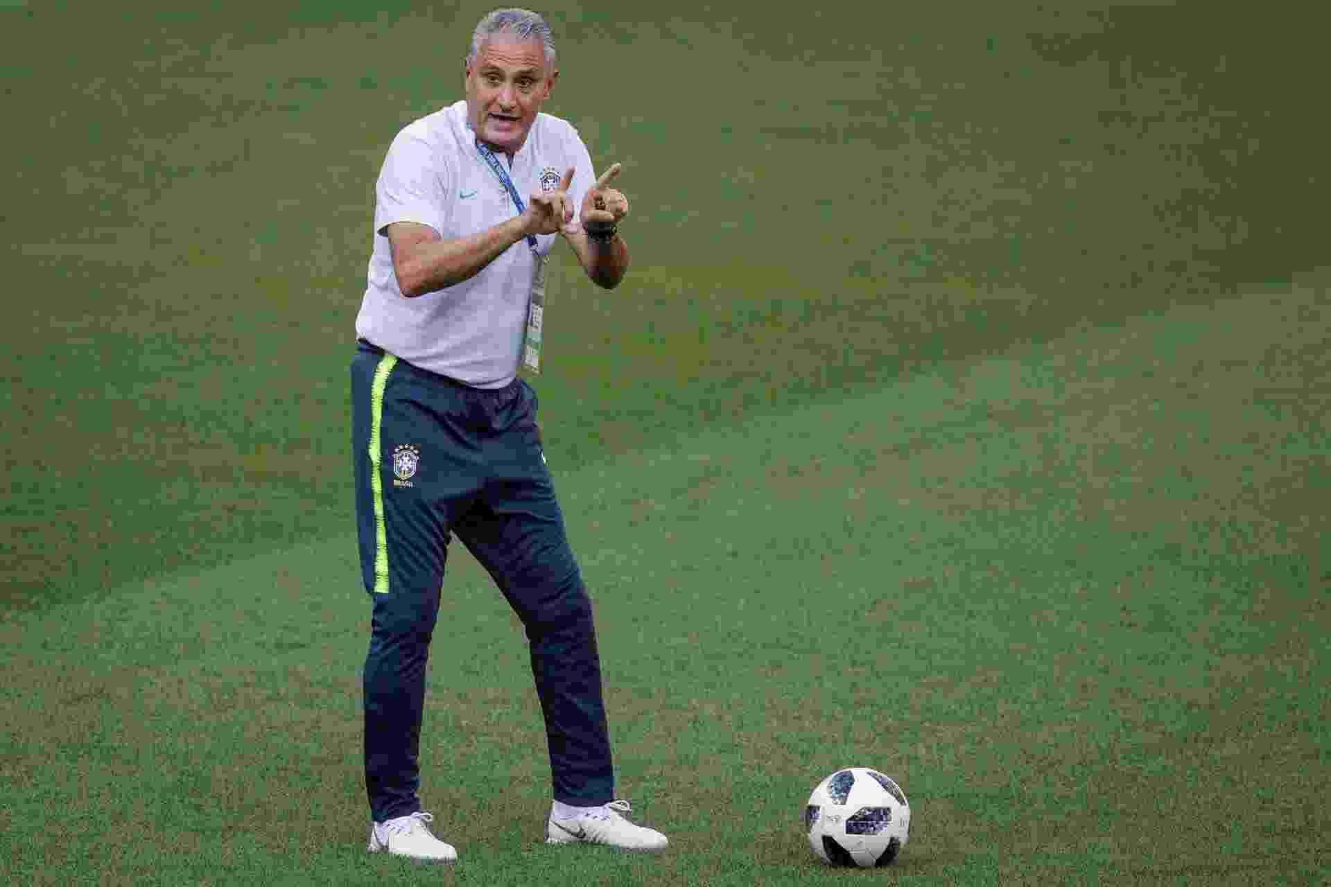 Tite orienta os jogadores durante treino da seleção brasileira - Pedro Martins / MoWA Press