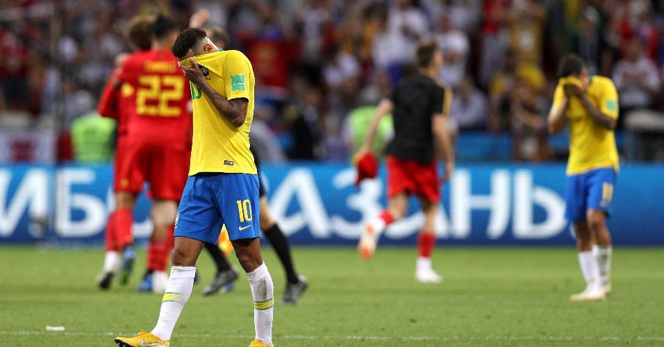 Neymar esconde o rosto após a eliminação do Brasil contra a Bélgica