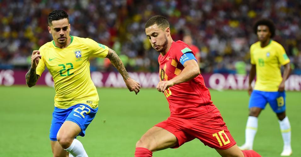O lateral Fagner, do Brasil, tenta interceptar chute de Eden Hazard, da Bélgica