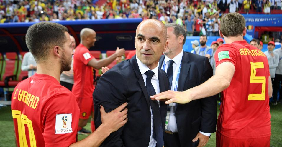 O técnico Roberto Martínez é cumprimentado por Jan Vertonghen e Eden Hazard após vitória da Bélgica contra o Brasil