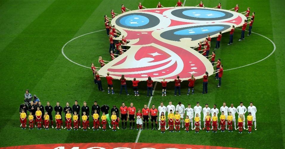 Time da Croácia e da Inglaterra durante o hino de suas equipes