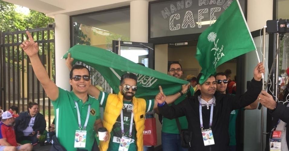 Torcedores da Arábia Saudita no entorno do estádio Luzhniki em que se realizará a abertura da Copa